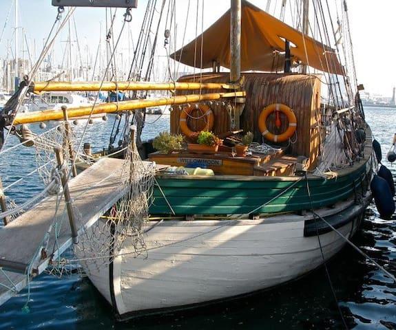 Fab B&B on board Beautiful Wooden Sailboat!