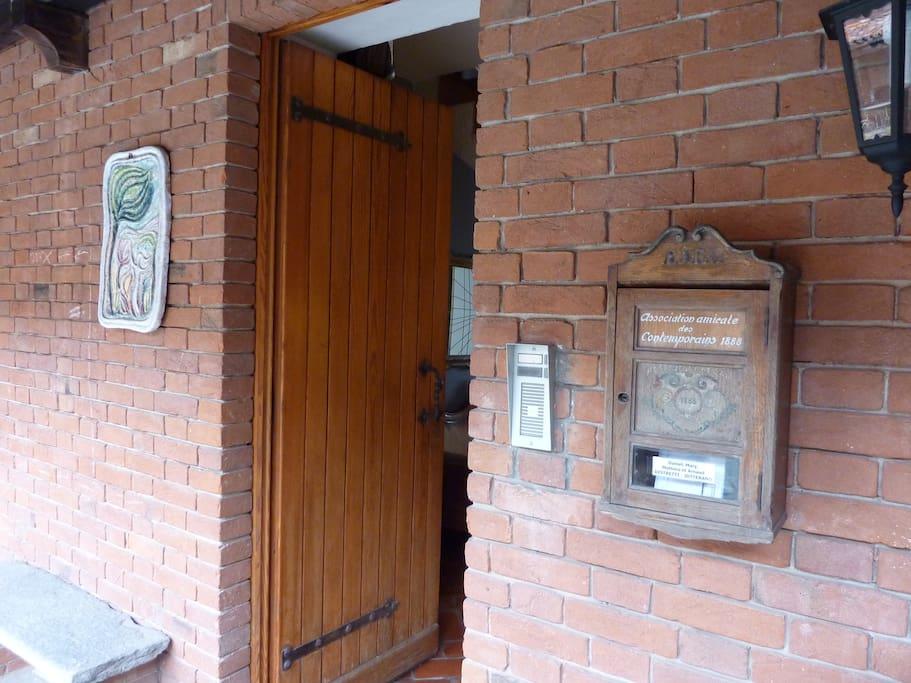 Porte d'entrée de l'appartement.