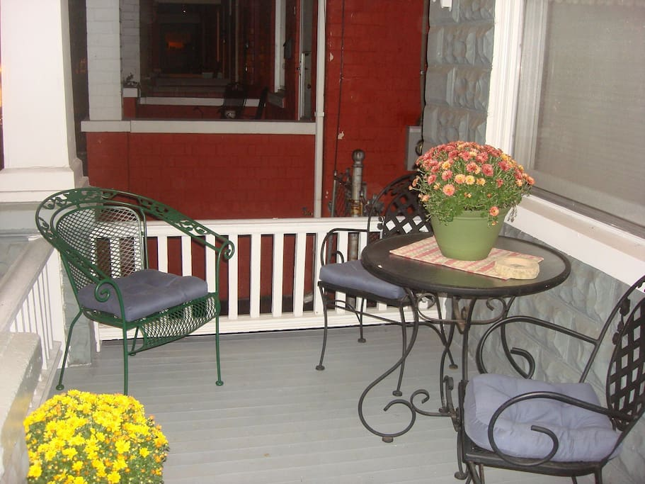 Front porch - great sidewalk viewing!