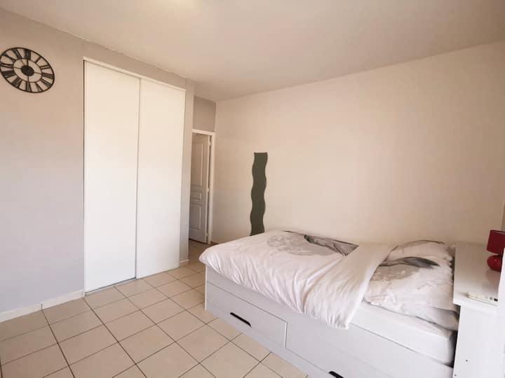 Très beau studio spacieux dans résidence calme