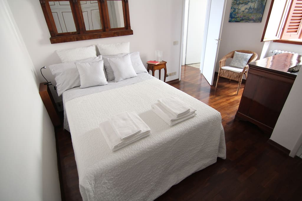 The bedroom with sheets and towels
