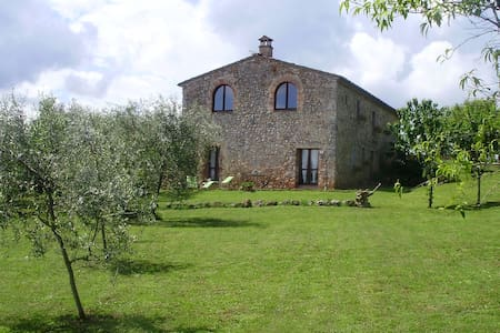 In the country, 10 min from Siena - Monteriggioni  - Apartment
