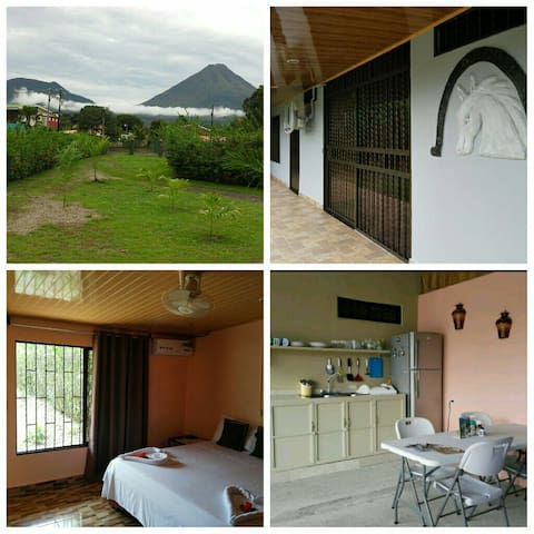 Amapolas Room #1 A/C, Wifi, King bed, TV, Parking. - La Fortuna - Other