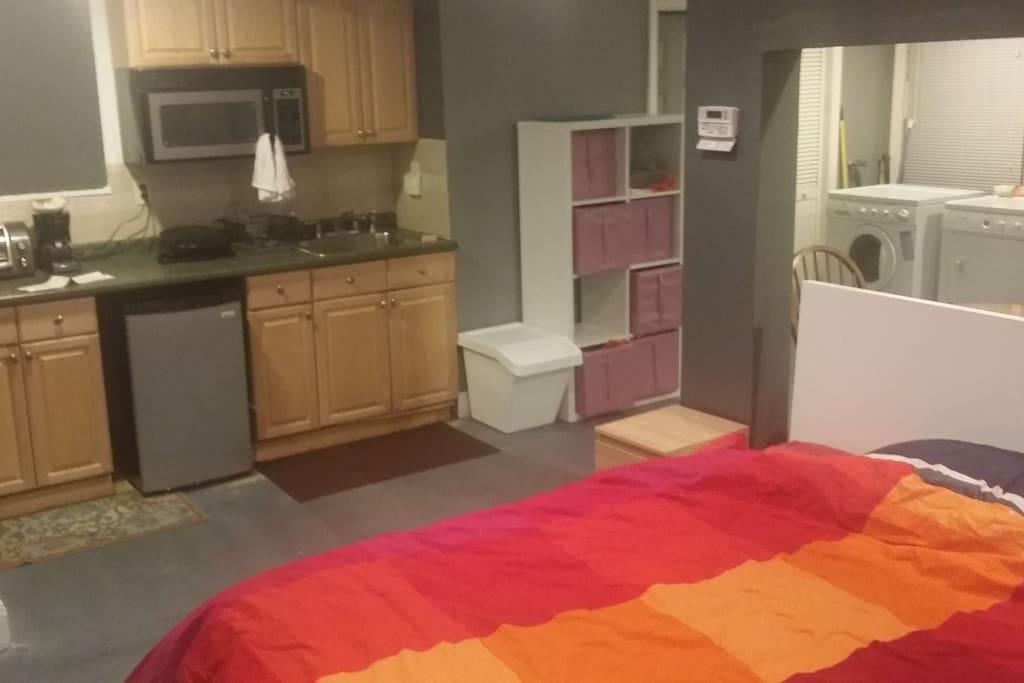 Queen bed, kitchenette