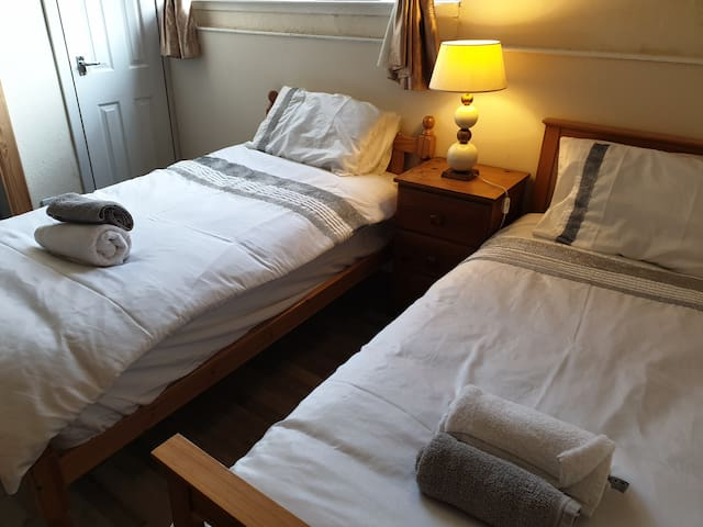 Great Western Rd TWIN  Beds with En Suite+kitchen