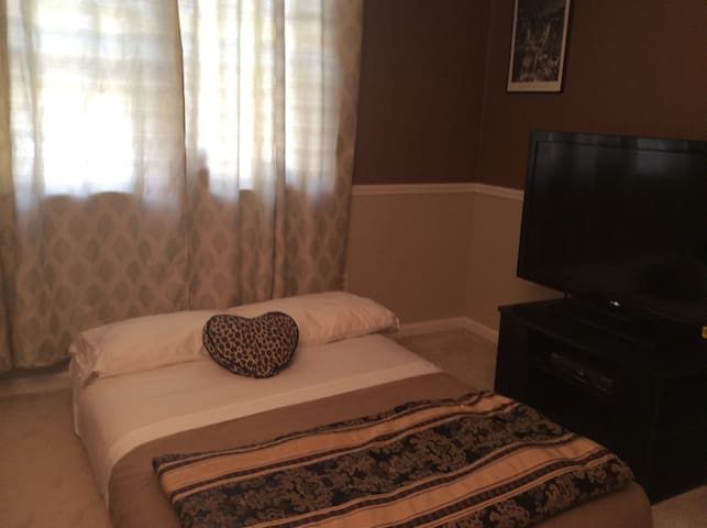 Spacious Bedroom with Full size bed - Monroe - Apto. en complejo residencial