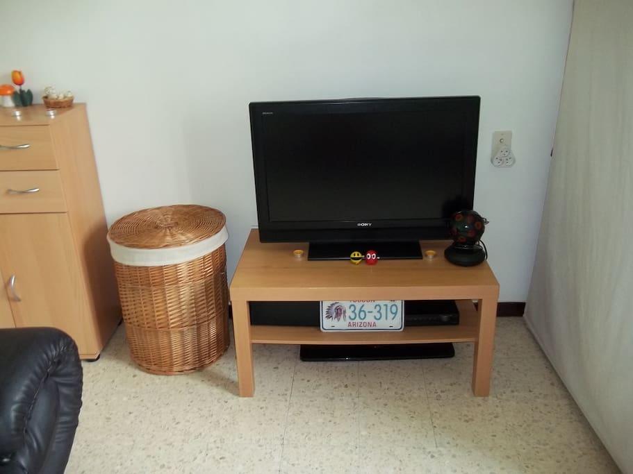 Télévision avec lecteur DVD dans la chambre