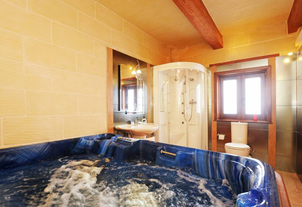 jacuzzi and bathroom by the main bedroom
