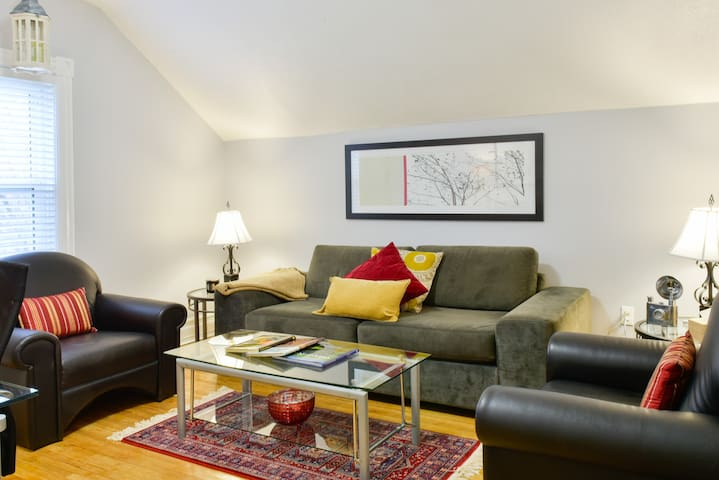 Centrally located private apartment with king bed