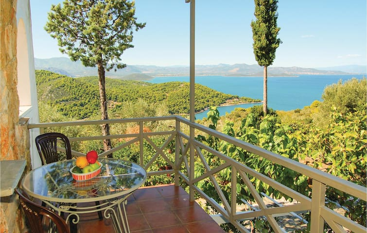 Holiday cottage with 4 bedrooms on 200 m² in Theologos