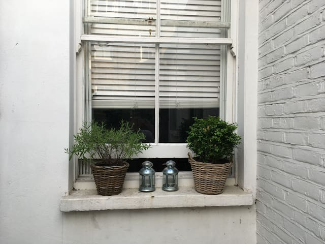 cosy bedroom in Chelsea - females only