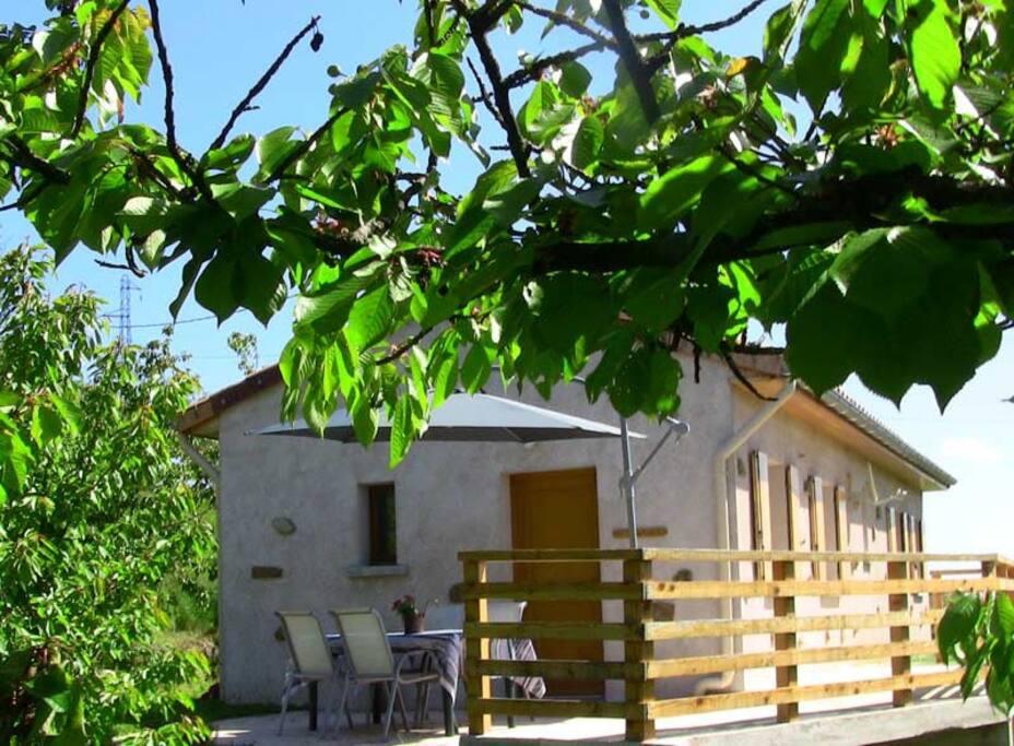 Extérieure  Entrée  et terrasse barbecue vue sur les collines d'Ardèche .