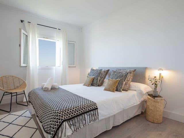 Guest room 1: 150 x 200cm queen size bed.