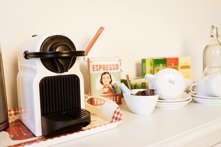Coffee and Tea Kaffee und Tee Café et thé