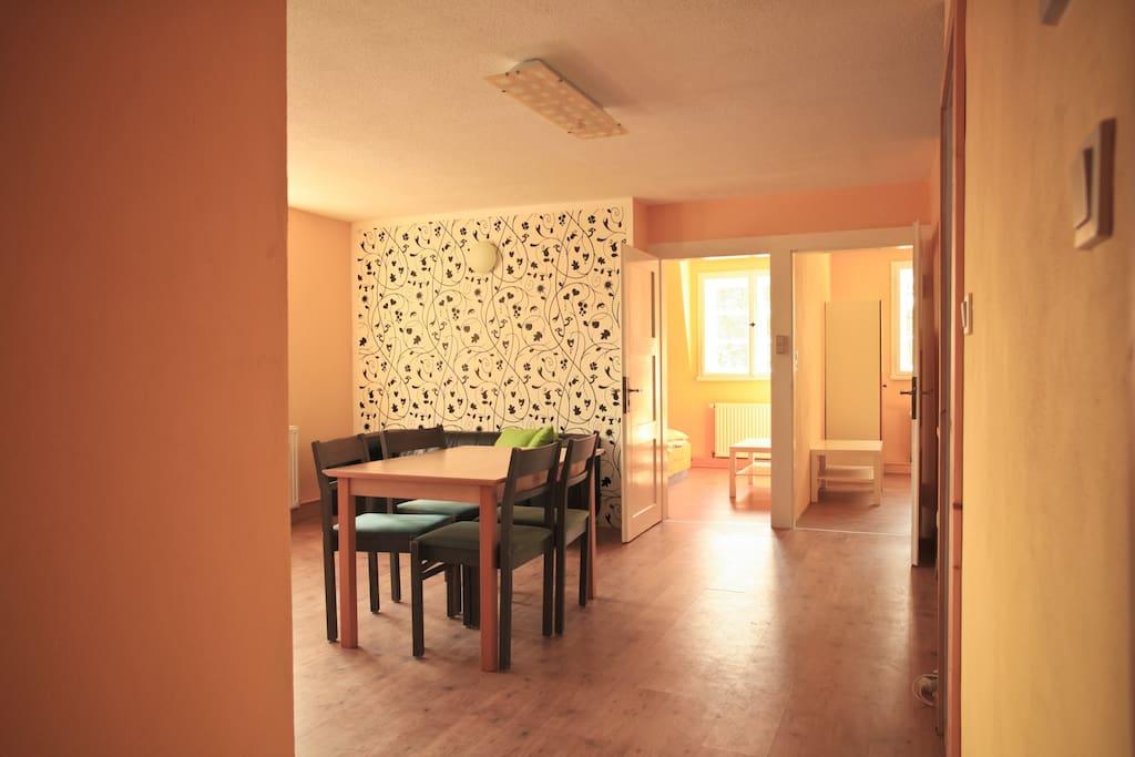 Wohnzimmer mit Zugang zu zwei Schlafzimmern