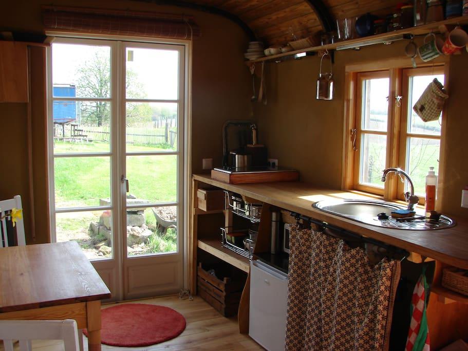 Küche mit Ceranfeld, Kühlschrank, Warmwasser, kleinem Öfchen etc.