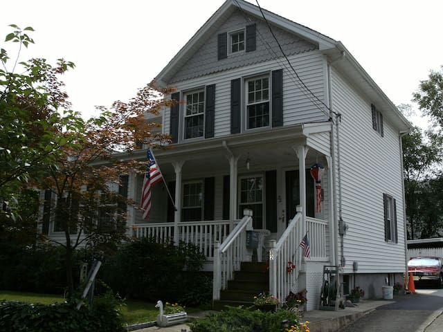 Sunny room in historic home - Saddle Brook - Hus