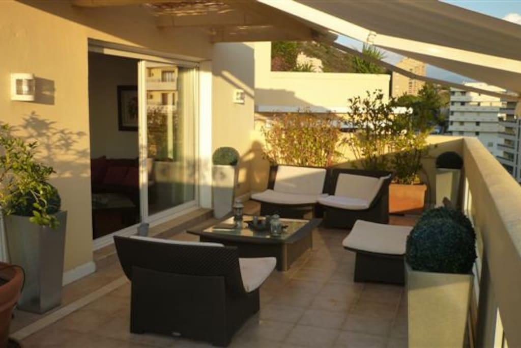 Le confort du salon de la terrasse.