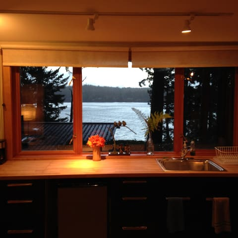 Water View Cabin in the Woods - Bainbridge Island - Mökki