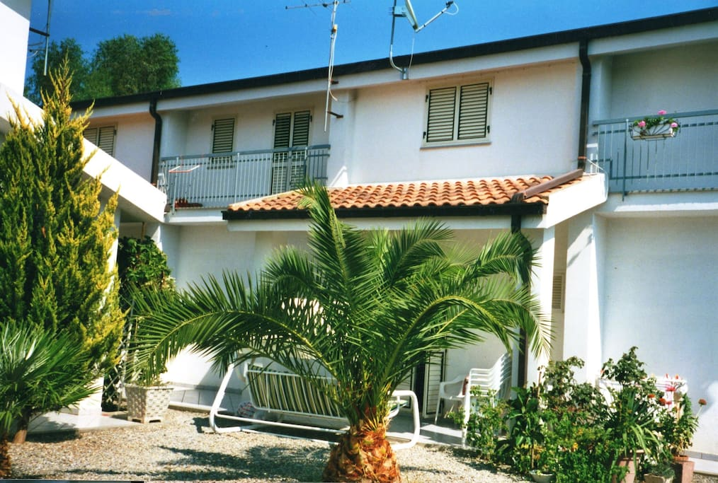 Small house by the sea in calabria houses for rent in for Rent a home in italy