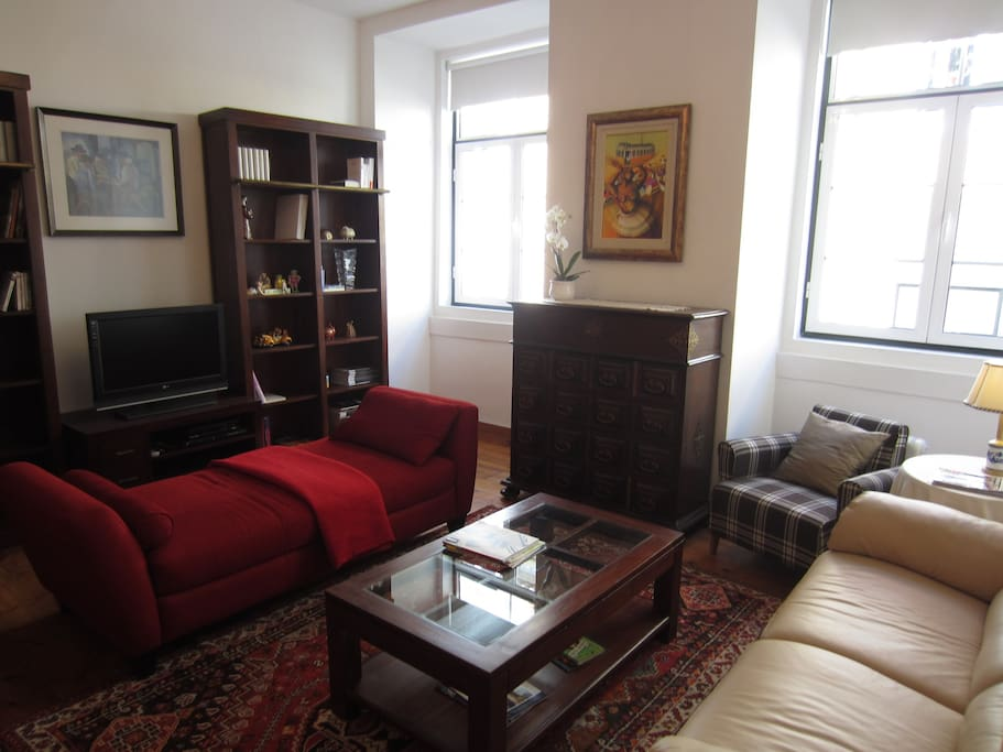 Bright and spacios living room with Cable TV, Internet Wifi, book and dvd collection.