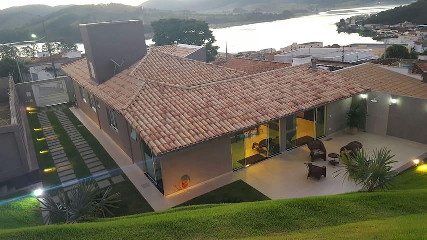 Casa confortável - Alto Padrão- Capitólio MG