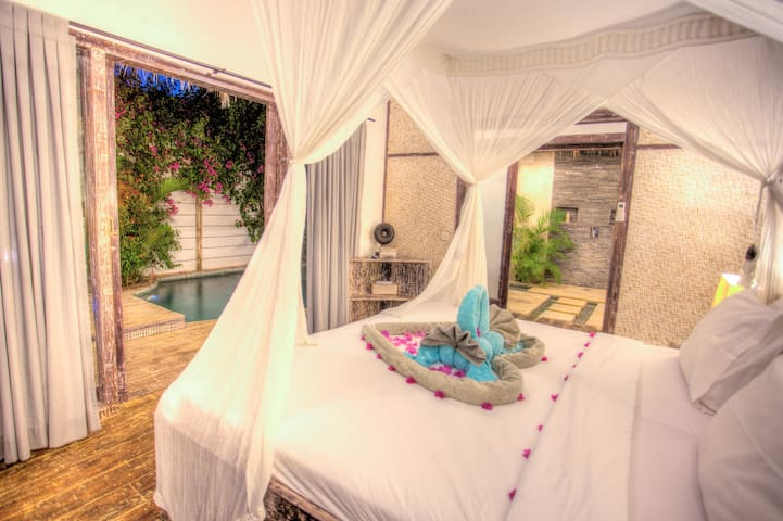Cosy bedroom overlooking the swimming-pool and a comfy four-poster king-size bed for your resting nights