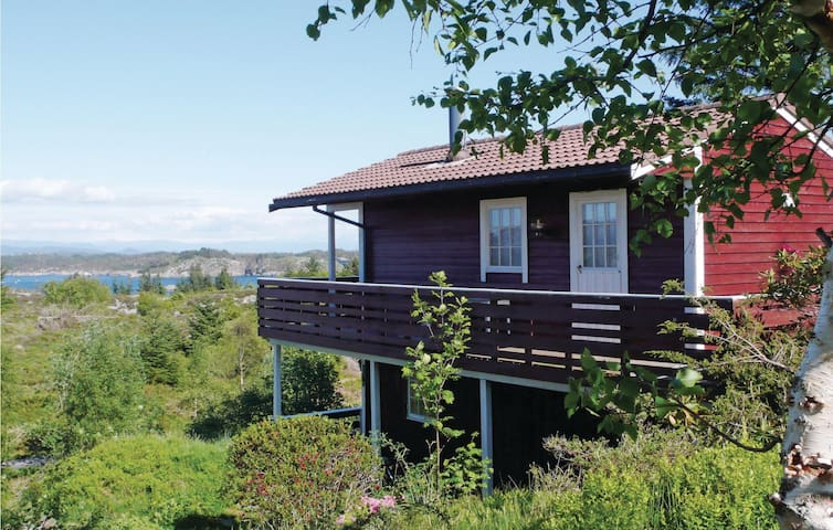 Holiday cottage with 2 bedrooms on 50 m² in Bakkasund