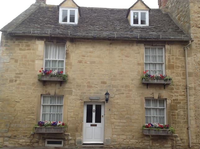 Traditional Cotswold cottage off Burford High St