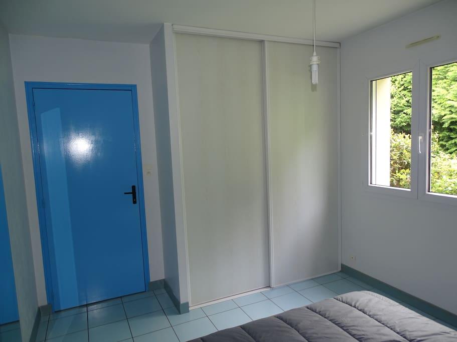 Un grand placard double portes coulissantes dans la chambre