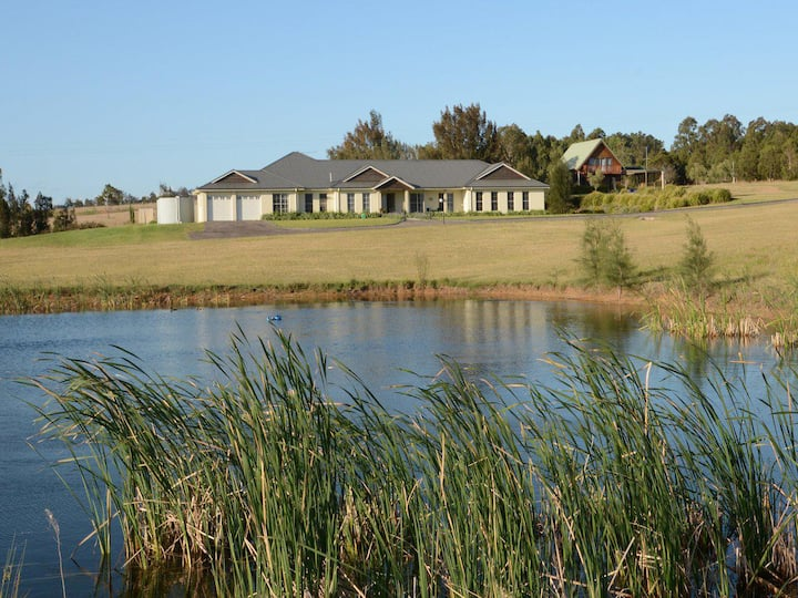 Silver Springs Estate 4br house + 6br house with Wifi, Pool. Fireplace, Views, Olives and Space