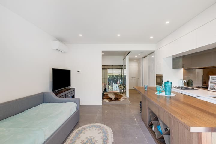 New Designer Apartment , Close to Gosford Station