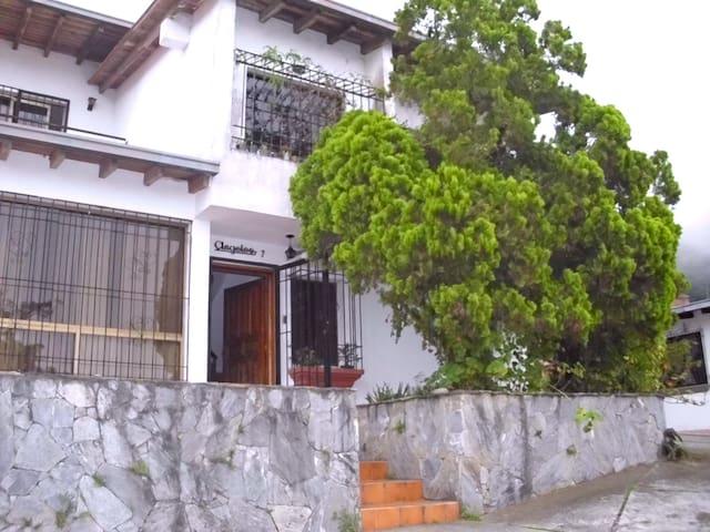 Caracas El Hatillo Tranquilo Clima De Montaña =) - Caracas - House