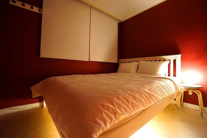 Room 3 (1 Queen bed , 1 air conditioner)