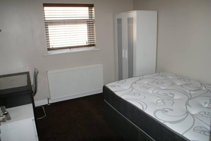 Bed 1 Bentley Apartment- G/ Floor 505 West St