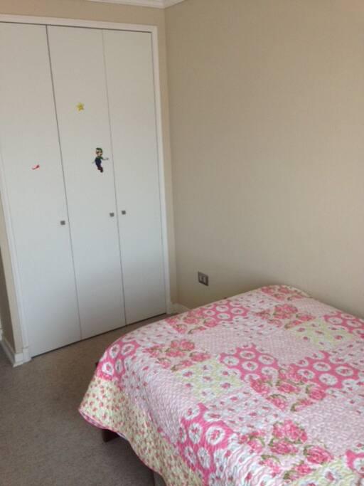 Closet amplio , piso alfombrado
