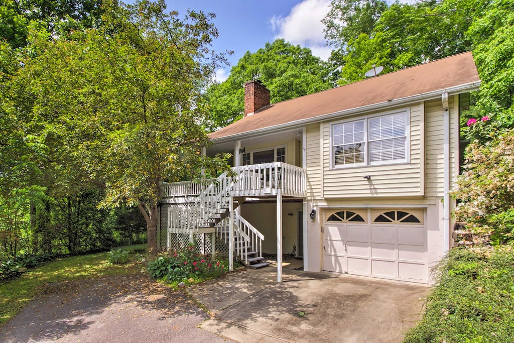 Asheville lies just 10 miles from this 3-bedroom, 2.5-bath abode.