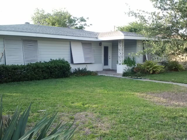 Ranch Style Home 2 blocks to Bay