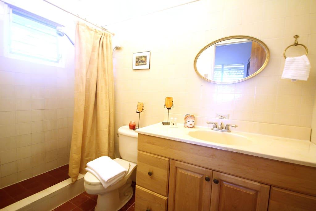 1st bedroom ensuite bathroom