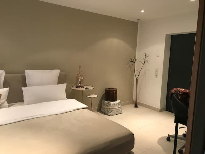 Schönes, ruhiges Zimmer im Gartengeschoss