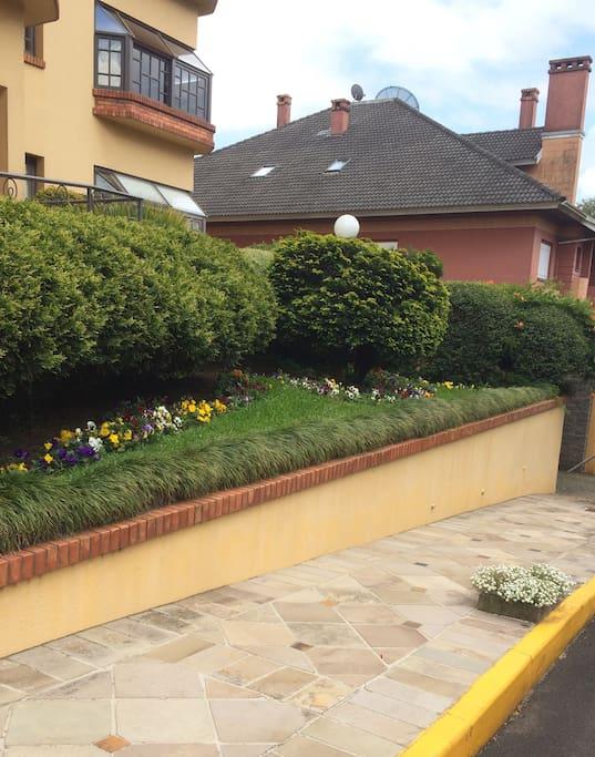 Jardim do prédio sempre florido e arborizado como toda a cidade de Gramado