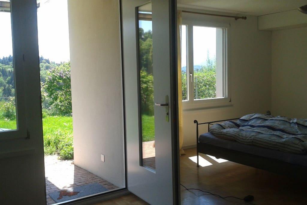Aussicht aus Wohnzimmer mit offener Eingangstür