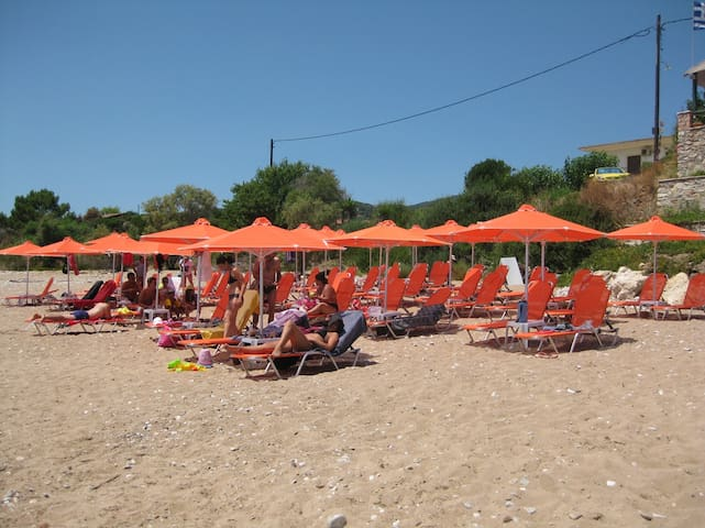 10meters from the beach & Aircon - Messinia