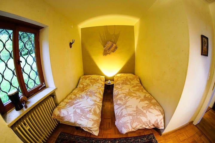 Das Schlafzimmer der Kinder (auch mit 3 Betten - mit einem Bett quer hinter Kamera-Standpunkt )