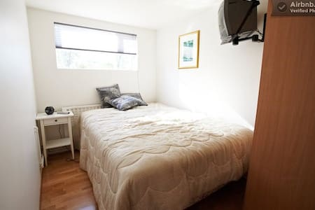 A Cosy Room with a Great Bed - Reykjavik - Haus