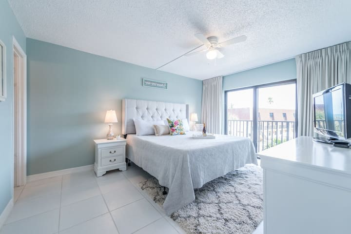 Bright Family Friendly unit right on the ocean!