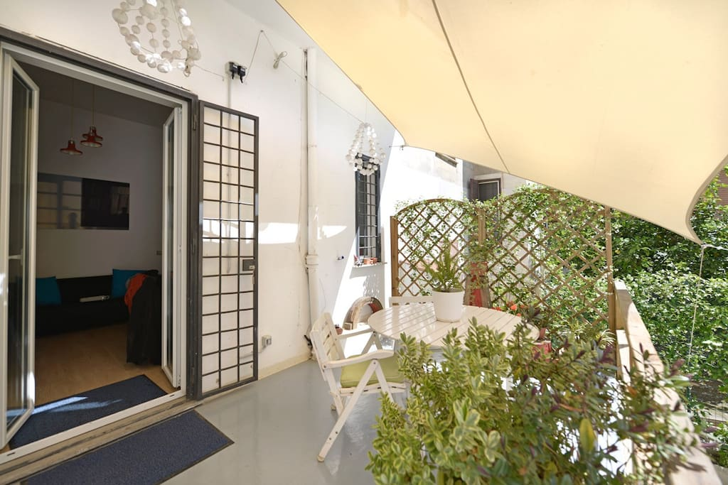 Your sunny private garden. Direct access from the living room, enjoy the sun of Rome !