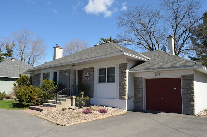 Immaculate Bungalow,3Br,outdoor pool,shop & trans. - Ottawa