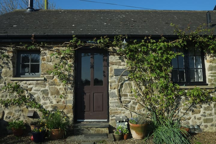 THE STABLES- Country cottage close to the sea