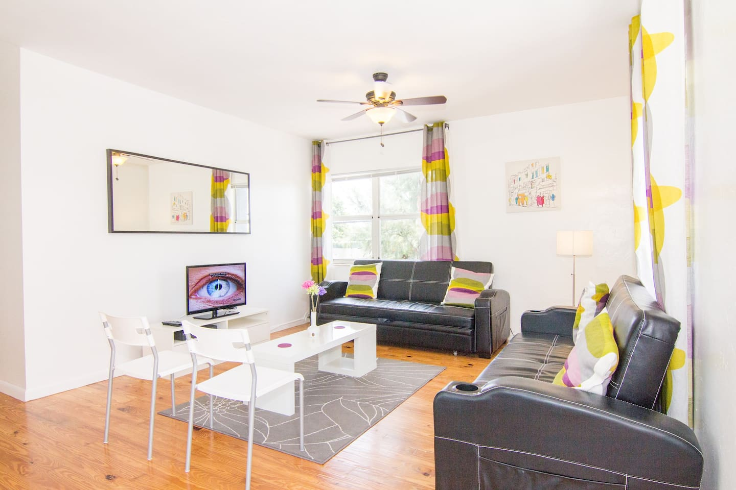 Spacious Living Room with 2 Queen Futon Beds and Flat Screen TV